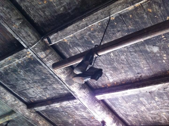 Skorna som hänger i taket på landet är från 1800-talet och huset är byggt 1695